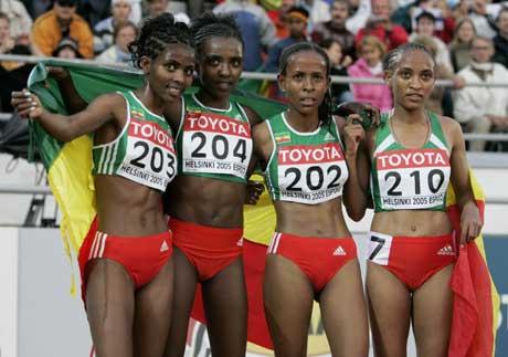 Vinner Tirunesh Dibaba (204) jubler over den etiopiske storeslemmen sammen med Meseret Defar (202), Ejegayehu Dibaba (203) og Meselech Melkamu (210). (Foto: Reuters/Scanpix)