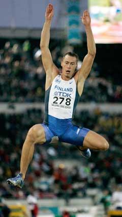 Tommi Evila reddet finsk friidretts-ære med et sitt hopp på 8,25 meter. (Foto: Reuters/Scanpix)