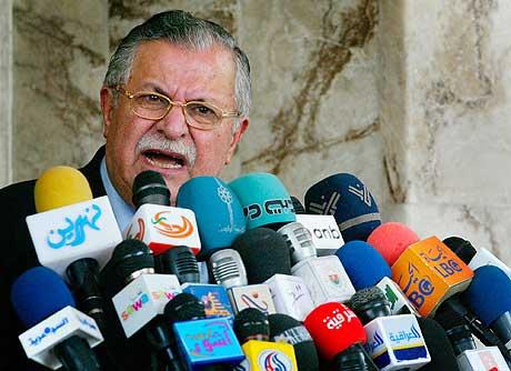 Mange ville høre president Jalal Talabani da han utalte seg til pressen i går. (Foto: AP/Scanpix)