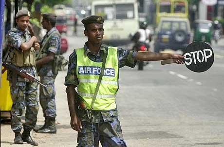 Soldater stopper biler ved en veisperring i Colombo. (Foto: AP/Scanpix)