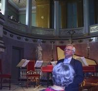 Festivalsjef Arve Tellefsen ønsker velkommen til Slottskapellet (foto: NRK)