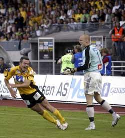 Espen Johnsens marerittkamp mot Start endte med at han ble utvist etter å ha tatt igjen mot Todi Jönsson. (Foto Ståle Andersen / SCANPIX)