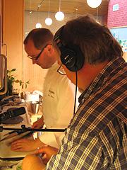 Tron Soot-Ryen og Inge Johnsen lager purresalat. Foto: Per Kristian Johansen, NRK