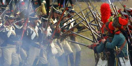 Det gikk hardt for seg, da soldatene møttes bajonett til bajonett under kampene på 1800-tallet. Her fra et militærhistorisk tablå der russiske og franske soldater kjemper. Foto: AFP Photo EPA Files/Scanpix