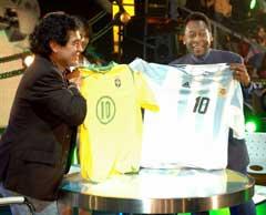 Maradona og Pele byttet landslagstrøyer under programmet. (Foto: AP/Scanpix)