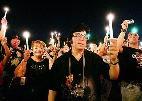 Mange mennesker reiser til Memphis for å markere Elvis dødsdag hvert år. Her fra et opptog ved årets arrangement. Foto: Carlo Allegri, AFP Photo / Scanpix.