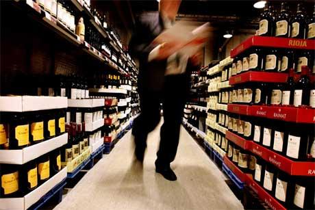 Den svenske regjeringen vil avvente til over nyttår med å senke skatten på vin. Foto: SCANPIX/AFP PHOTO JESSICA GOW / PRESSENS BILD
