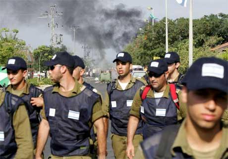 Israelske soldatar rykte i dag tidleg inn i busetjinga Neve Dekalim. (Foto: AFP/Scanpix)