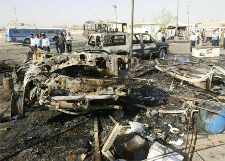 Bombene i Bagdad i dag tidleg gjorde enorm skade. (Foto: AFP/Scanpix)
