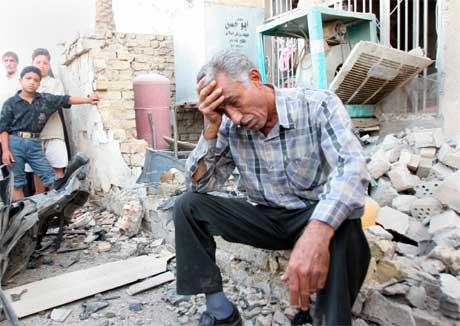 Ein fortvila irakisk mann i ruinane av det som var ein bygning. (Foto: AFP/Scanpix)