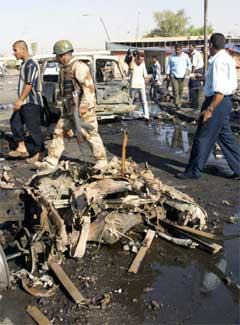 Ei n irakisk soldat på åstaden der tre bomber tok livet av minst 43 menneske i dag. (Foto: AFP/Scanpix)