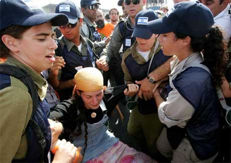Det er sterke kjensler i sving under tvangsevakueringa i Gaza. (Foto: AFP/Scanpix)