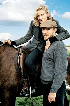 Madonna på en hest det sannsynligvis blir lenge til hun rir på, sammen med mannen Guy Richie. Foto: Tim Walker, Vogue - AP Photo / Scanpix.