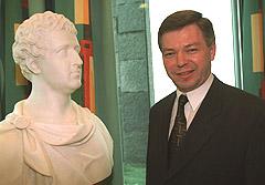 Statsminister Kjell Magne Bondevik avduker en byste av kong Christian Frederik på Statsministerens kontor i 1999. Foto: Tor Richardsen, SCANPIX