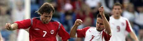 Kristofer Hæstad ( til venstre) i kamp mot Ricardo Cabanas under onsdagens privatlandskamp mellom Norge og Sveits på Ullevaal Stadion. Bak Alexander Frei. (Foto: Tor Richardsen / SCANPIX )