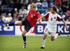Steffen Iversen i duell med Johann Vogel (Foto: Tor Richardsen / SCANPIX)