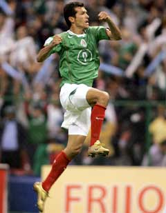 Jared Borgetti jubler etter å ha satt målrekord for Mexico. (Foto: Reuters/Scanpix)