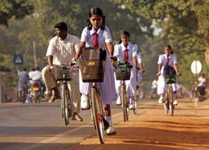 Tamilske jenter kan sykle til skolen i det gerilja-kontrollerte området så lenge våpenhvilen holder. (Foto: A. Lokuhapuarachchi, Reuters)