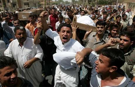 - De var uskyldige! roper menneskemengden i gravfølge til tre brødre som ble skutt og drept av amerikanske soldater.(Foto: Scanpix/Reuters/A. Jasim)