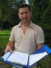 Ruzhdi Ganic kjemper for at foreldrene skal få oppholdstillatelse i Norge.(Foto: Anita Moland, NRK)