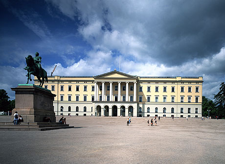 Foran slottet står en statue av Carl Johan, modellert av Brynjulf Bergslien. Foto: Bjørn Sigurdsøn / NTB pluss / SCANPIX