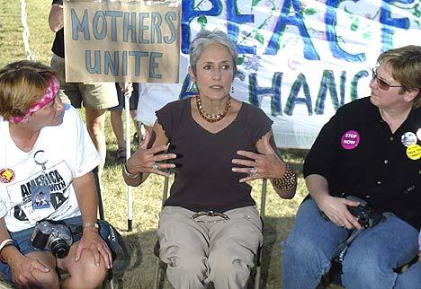 Antikrigsdemonstrantene som har slått leir i nærheten av ranchen til USAs president George W. Bush, har fått en viktig støttespiller i Joan Baez, en av de virkelig store protestsangerne fra 60- og 70-tallet. Foto: Jeff Mitchell, Reuters / Scanpix.