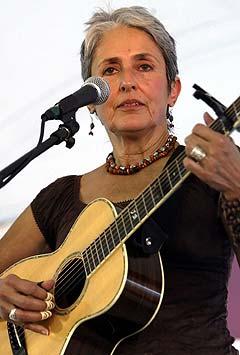 Folkemusikklegenden Joan Baez sluttet seg til antikrigsdemonstrantene utenfor Texas-ranchen til George W. Bush søndag. Hun sang for demonstrantene som vil ha amerikanske styrker ut av Irak. Foto: Jeff Mitchell, Reuters / Scanpix.