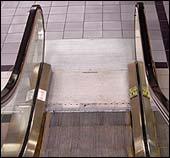 Revers-knappen førte ungdommene ned i bunnen av rulletrappen.