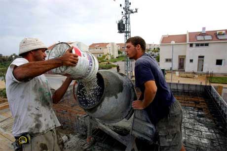 Trass i evakueringa heldt desse to fram med bygginga av eit nytt hus i Netzarim. (Foto: AFP/Scanpix)