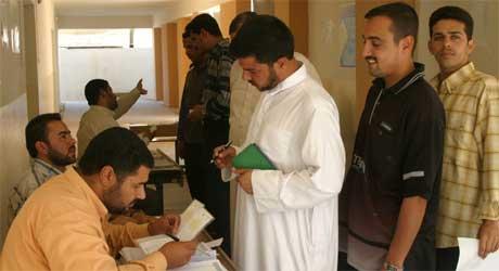 Valgkommisjonen registrerer velgere i Falluja. Det knytter seg spenning til hvordan sunnimuslimene vil velge.