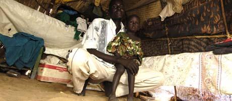 Det kan ta tid før denne sudanske faren og hans barn kan vende tilbake til landsbyen. (Foto: S. de Sakutin, AFP)