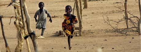 Barna i leirene kan leke trygt - i motsetning til hjemme i landsbyen. (Foto: T. Coex, AFP)