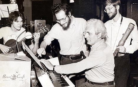 Robert Moog, «synthesizerens far», opptrer med Going Baroque Band på hjemstedet Asheville i North Carolina i 1980. Bak Moog er bandmedlemmene (fra venstre) Robert Anders, Doug Buchlen og Werner John. Moog døde av hjernesvulst søndag 21. august. Foto: AP.