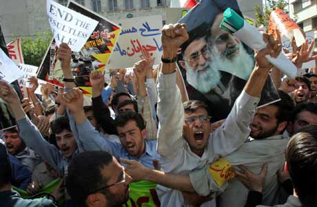 "Studenter i Iran protesterte tirsdag utenfor Tysklands ambassade i Teheran mot at EUs ""tre store"" vil få Iran til å innstille atomprogrammet (Scanpix/AP)"