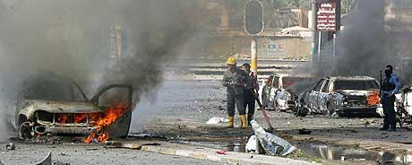 Flere politibiler ble satt i brann under aksjonen i Bagdad i dag. (Foto: AFP/Scanpix)