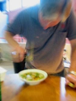 Kjell Arne Johnsæter lager en kjempegod suppe som kan serveres både varm og kald. Foto: Elizabeth Higson, NRK