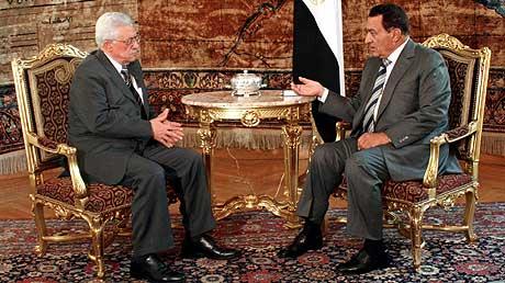 Egypts president Hosni Mubarak mottok sin palestinske kollega Mahmoud Abbas i Kairo i dag. (Foto: Reuters/Scanpix)