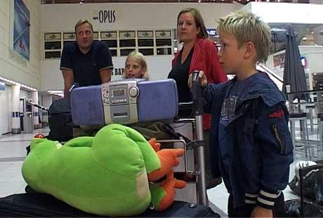 Familien Mjeldheim kom til Flesland. Tre døgn forsinket. Foto: Frode Søreide/NRK