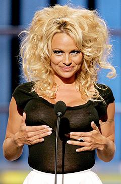 Pamela Anderson har klare fordeler å vise til, men kan hun synge? Nå gjør hun duett med Bryan Adams. Foto: Frank Micelotta, Reuters / Scanpix.