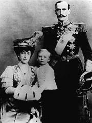 Dronning Maud, kronprins Olav og kong Haakon. Foto: SCANPIX