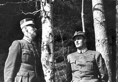 Kong Haakon og kronprins Olav under kongebjørka. Foto: SCANPIX