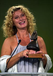 Lena Endre smiler fornøyd med sin Amanda fra 2003 (Foto: Scanpix)