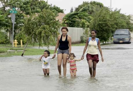 Innbyggere i Miami vasser i gatene i går etter Katrinas herjinger. (Foto: Scanpix /AFP)