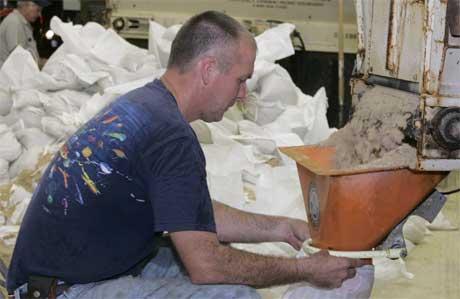 Marc Crawford pakker sand i poser like nord for New Orleans i påvente av Katrina. (Foto: Scanpix / Reuters)