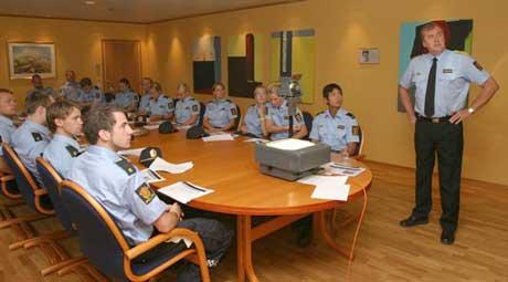 Politimester Otto Stærk med nye studenter. Foto: Politiet