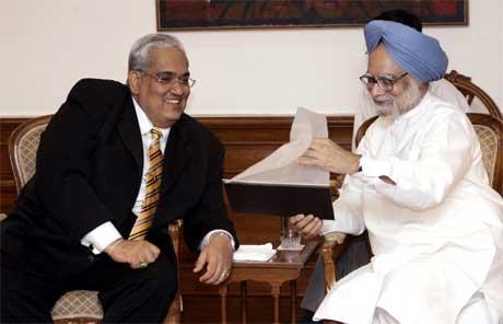 Anura Bandaranaike ber India korrigere bildet Norge gir av opprørerne Tigrene. Her er han (t.v.) i samtale med Indias statsminister Manmohan Singh i New Dehli. (Foto: Prakash Singh/AFP/Scanpix)