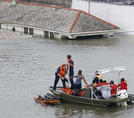 Bergingsarbeidere i New Orleans redder folk som søkte tilflukt på taket. (Foto: James Nielsen/AFP/Scanpix)