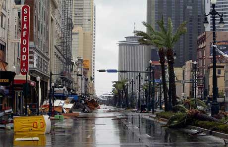 Vannet stiger i New Orleans, om ikke verst i hovedgaten Canal Street. (Foto: James Nielsen/ AFP/ Scanpix)