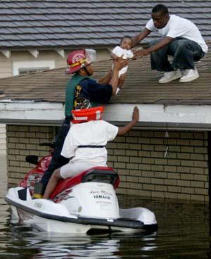 Tre måneder gamle Christopher reddes av en New Orleans-brannmann. (Foto: C.Coronado, AP)