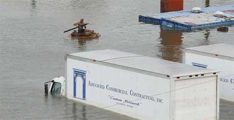 En parkeringsplass for vogntog står under vann i New Orleans. (Foto: AFP/Scanpix)